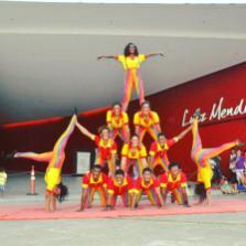 Mais uma colorida pirâmide da Trupe Circus.
