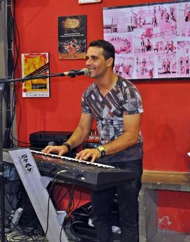Nosso amigo e parceiro Agnaldo Menezes animando nossa festa com muita música boa.