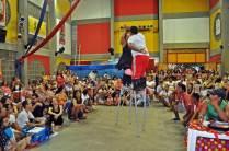 Número de Forró na Perna de Pau no nosso bingo circense com os artistas da Trupe Circus - Allison Santana e Hosani Gomes.