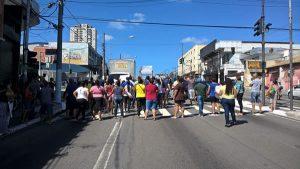 Manifestantes fecham a Av. Washington Luís, na zona Sul