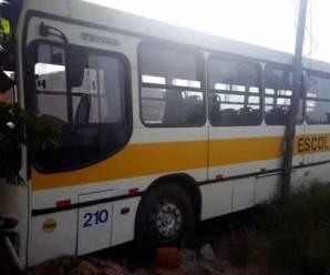 Ônibus escolar é furtado em Campinas-SP e suspeitos batem em van escolar e carro de um pai de aluno