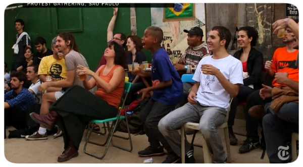 The New York Times filma manifestantes comemorando gol do Brasil.