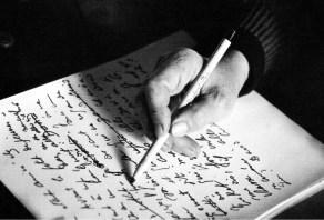Marguerite-Duras-escribiendo