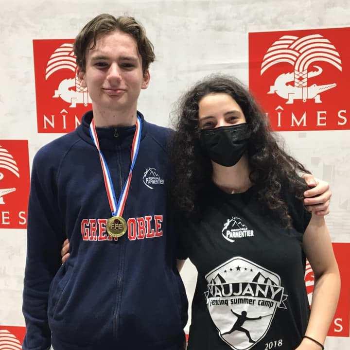 Bastien Archambeaud aux côtés d'Ellina Khrais-Azibi lors du championnat de France d'escrime M17 de Nîmes