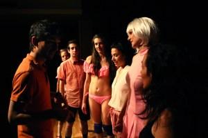 Arturo Bernal dirigiendo el espectáculo Yo, Psicópata