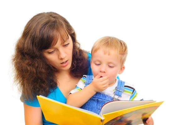 madre y niño con libro