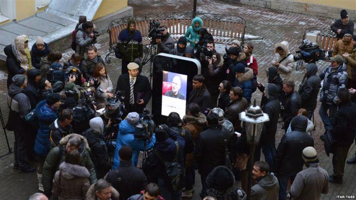 Gente viendo presentación de Steve Jobs