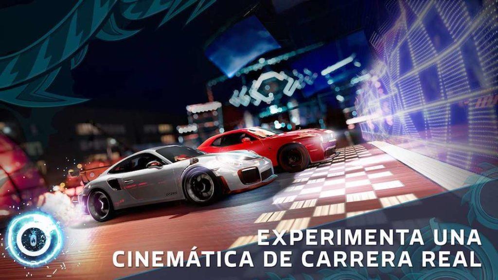 Captura promocional del juego Forza Street. Dos coches (uno rojo un poco más adelantado y uno blanco unos centímetros por detrás) están a punto de llegar a la linea de meta.