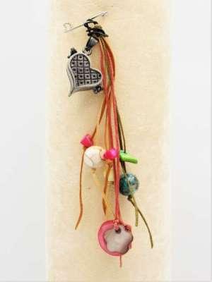 Χειροποίητη Καρφίτσα κρεμαστή με ασημί καρδία φούξια, κορδόνια και χάντρες. Περίπου 10-12εκ.