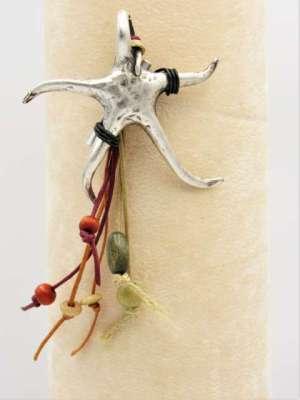 Χειροποίητη Καρφίτσα κρεμαστή με ασημί αστερία, κορδόνια και χάντρες. Περίπου 10-12εκ.