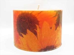 Χειροποίητο αρωματικό κερί κύλινδρος με ντεκουπάζ πορτοκαλί λουλούδια. Διαστάσεις 0,9εκ Χ 0,13εκ.