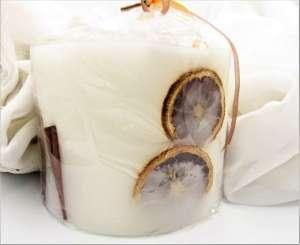 Χειροποίητο αρωματικό Κερί γίγας φωτιζόμενο μπεζ με αποξηραμένα πορτοκάλια. Διαστάσεις 0,18εκ Χ 0,14εκ.