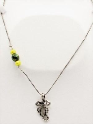 Χειροποίητο Κολιέ μακρύ με ασημί αλυσίδα και σκορπιό με κίτρινα και πράσινα κρυσταλλάκια.
