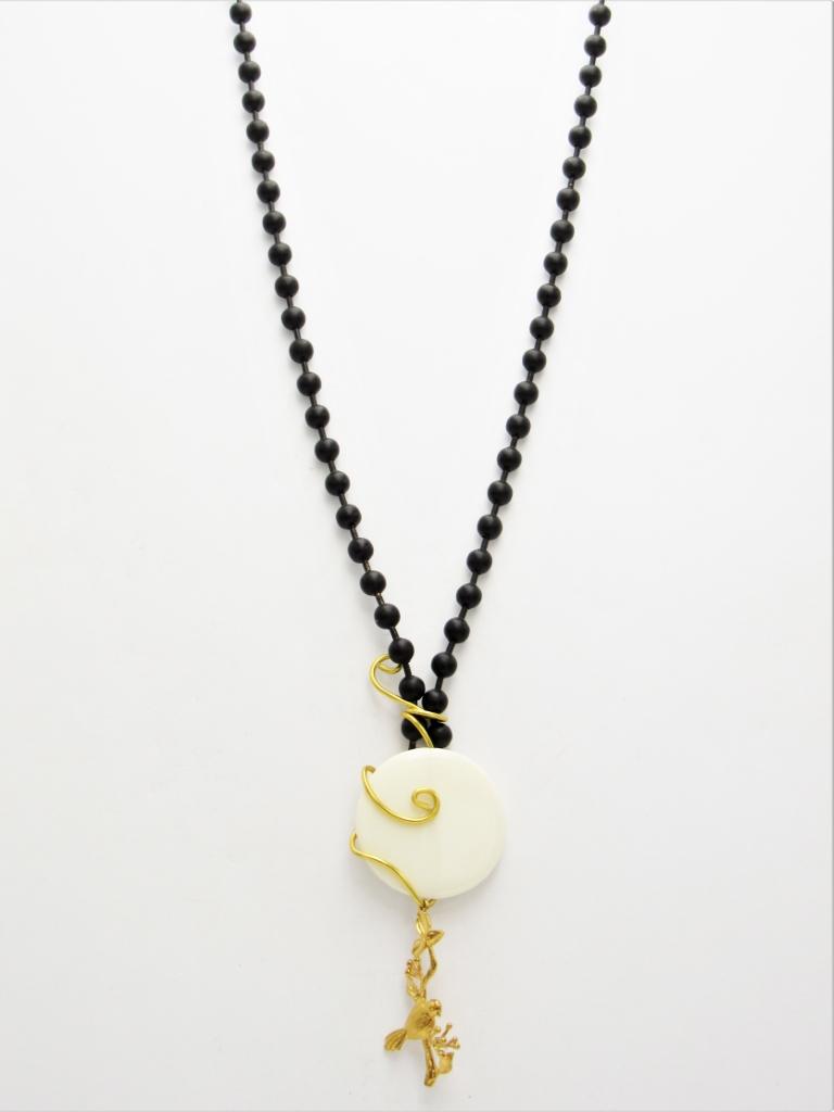 Κολιέ μακρύ αλυσίδα μαύρη, πουλάκι με χρυσά στοιχεία και λευκή πλακέ χάντρα.