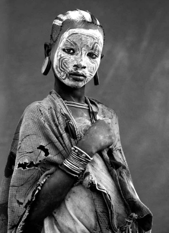©Isabel Muñoz. S/T. Serie: Surma. Etiopía. 2002.