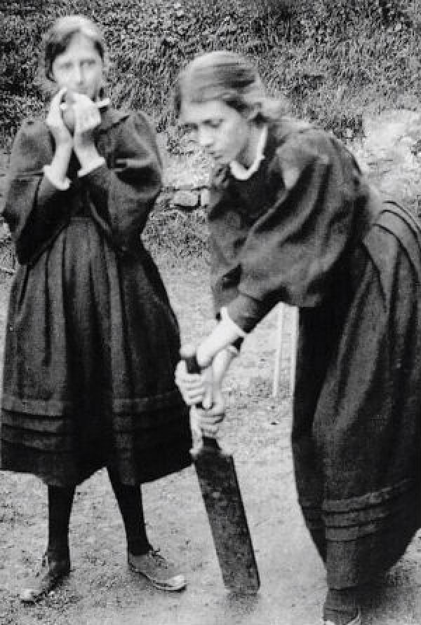 Virginia-Woolf-and-sister-Vanessa-Bell-playing-cricket