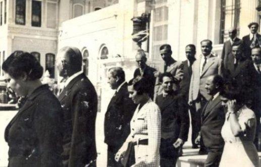 Mustafa-Kemal-Ataturk-manevi-kizi-Afet-İnan-ile-birlikte-harf-calismalari-icin-İstanbul-universitesi-ni-ziyaretinden-sonra-cekilmis-fotografi