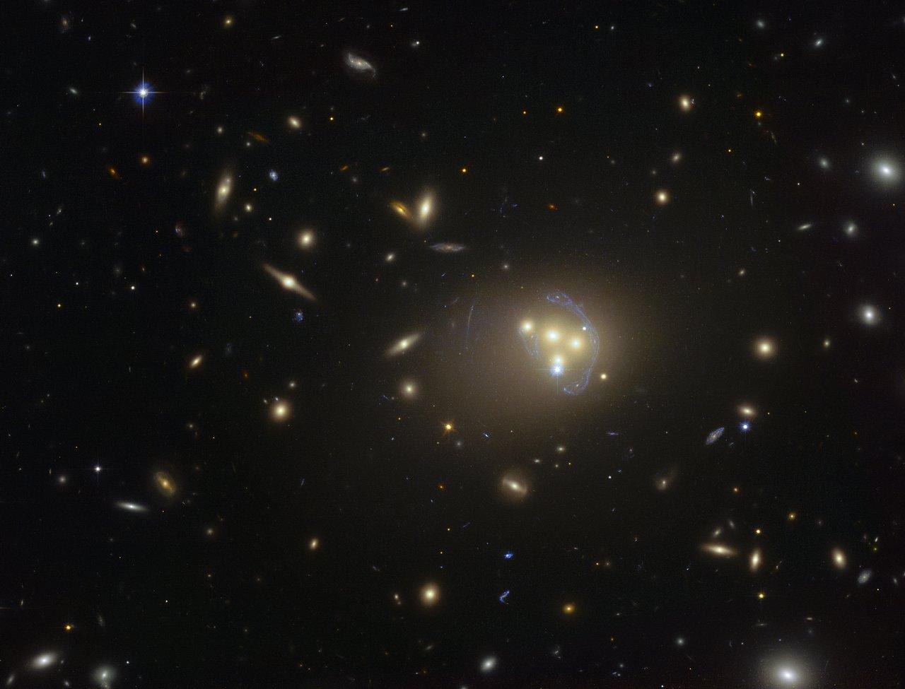 Imagen del cúmulo de galaxias Abell 3827 obtenida por el telescopio espacial Hubble