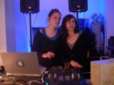 Anita & Mela Zeta aux platines, le soir du vernissage