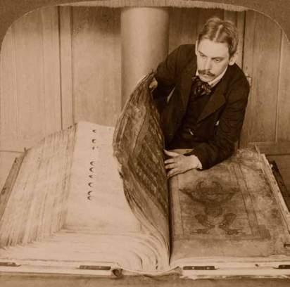 Imagen estereoscópica de 1906 en la que aparece el gigantesco manuscrito que ha sido objeto de interés, tanto por su tamaño como por su contenido, durante siglos.