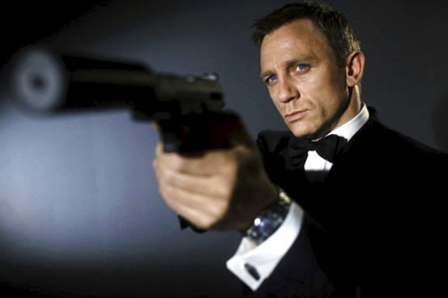 Daniel Craig, como James Bond.