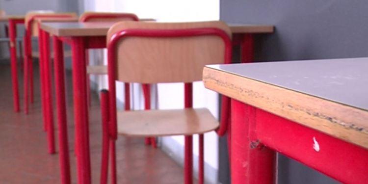 Banchi vuoti in una scuola a causa del Covid