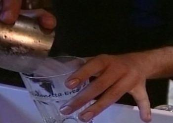 un barista prepara un cocktail