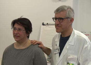 La signora Manca con  il primario di Neurochirurgia del Sant'Anna Silvio Bellocchi