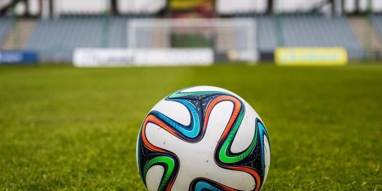 Un pallone su un campo da calcio