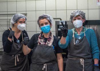 Tre volontarie Ozanam in cucina