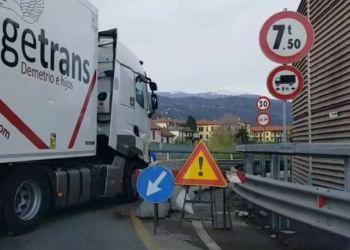 Un camion cerca di entrare sul viadotto dei Lavatoi, a Como