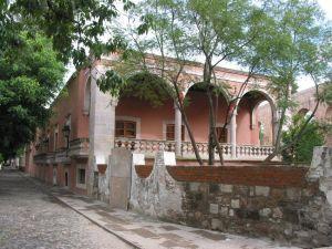 La Casa de la Calzada, antes de su restauración, en la Calzada Fray Antonio de San Miguel, Morelia.