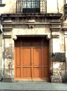 Dintel de la puerta del edificio anexo del Templo de la Tercera Orden, con las dos placas alusivas a Mariano Matamoros