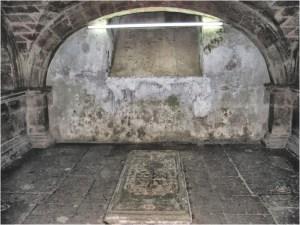 Cripta de la Familia Peredo. Miguel de Peredo, cuya tumba sobresale por tener el escudo de armas de los Peredo tallado en su losa, fue un gran benefactor de los Carmelitas.