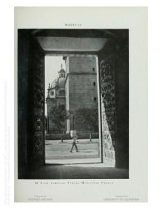 Vista a través del portal, Palacio de Gobierno. Erróneamente dice Palacio Municipal.