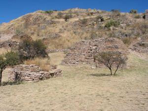 Pirámide de los Sacrificios, donde presumiblemente se ofrecían doncellas y niños a los dioses. Al fondo, la Terraza 18.