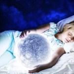 menina a sonhar