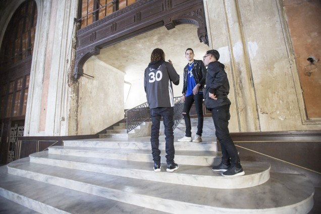 During a break in the video shoot, G-Eazy speaks with fellow rapper Marty Grimes (L) and manager Matt Bauerschmidt. (Grady Brannan)