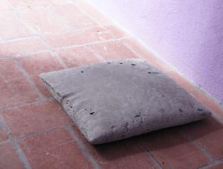 Cuscino, 2012, cemento, 31x32x6 cm