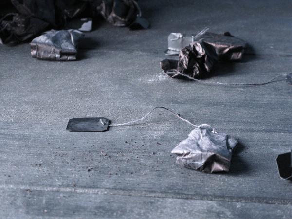 Senza titolo, 2012, particolari dell'installazione a Casa Sponge bustine di tè, tintura all'acqua dimensioni variabili