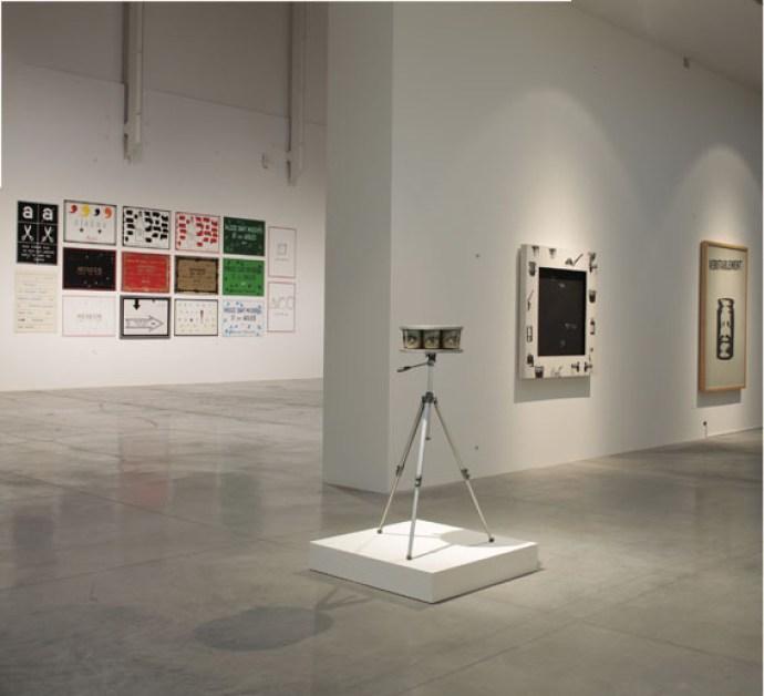 """""""La camera qui regarde"""" 1966. Vetro, carta, legno, pittura, treppiedi. Marcel Broothaers. Courtesy of Mambo. Foto di Matteo Monti"""