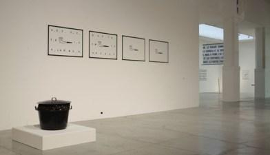 """Sulla parete """"Pipe"""" 1969, in basso a sinistra """"Grande Casserole de moules"""" 1966. Marcel Broothaers. Courtesy of Mambo. Foto di Matteo Monti"""
