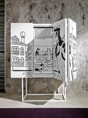 Contenitore Venezia / Cabinet Venezia, cm 114x140x48, laccato opaco su base in metallo verniciato / matt lacquered on metal varnished base | Corto Maltese® Hugo Pratt TM ©Cong Sa. Losanna