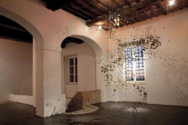 Federico Gori, Giro giro tondo, 1107 foglie, lenza, piombo - dimensioni ambientali - 2012. Antico Frantoio di Quiesa