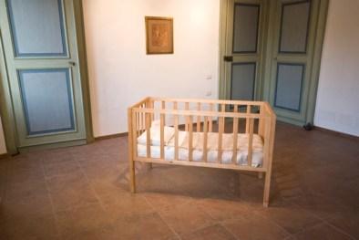 Liliana Moro, Torno Subito, 1989, lettino in legno, lenzuola e coperta, scritta su carta, veduta installazione in mostra, Museo Tornielli, Ameno (NO)