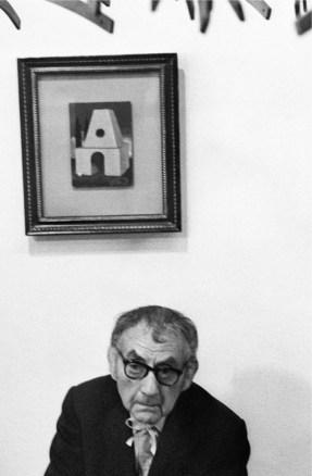 Uliano Lucas, L' artista Man Ray alla galleria Marconi, Milano, 1969, vintage, 30x20 cm Courtesy Archivio Uliano Lucas/ Ca' di Fra' - Milano