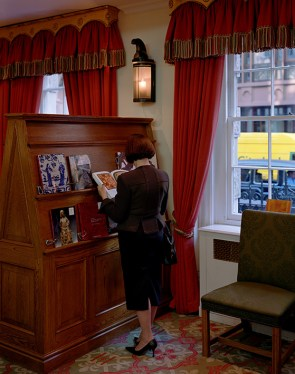 Jeff Wall, A woman consulting a catalogue, 2005, lightbox, 148 x 116.6 cm, Courtesy dell'artista