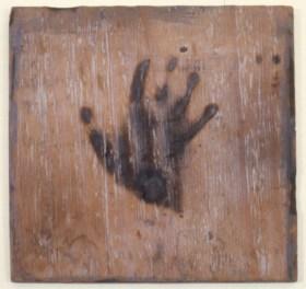 Ana Mendieta, Untitled, 1978 ca., impronta della mano bruciata su legno, cm 27.9 x 27.9 © The Estate of Ana Mendieta Collection Courtesy Galerie Lelong, New York