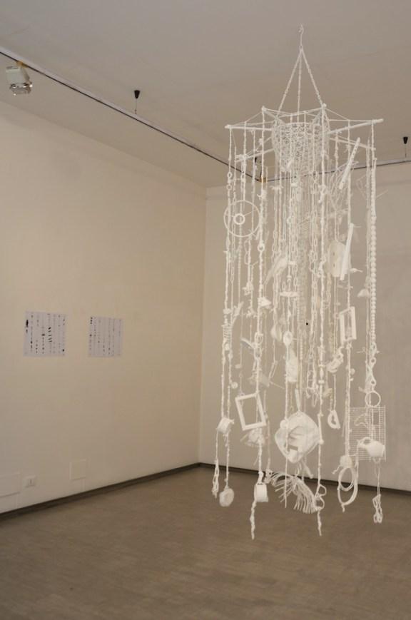 Andrea Bianconi, Living, corde, oggetti, ferro, smalto bianco, 300 x 120 cm, 2013 La Giarina, Verona - Courtesy l'artista e La Giarina