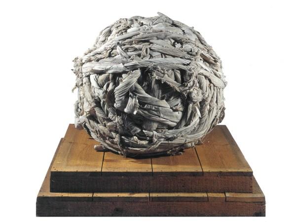 Mario Ceroli, Io (stracci), 1968, Legno e stracci, diam. cm 80 - base cm 90x90x20. Courtesy Tornabuoni Art